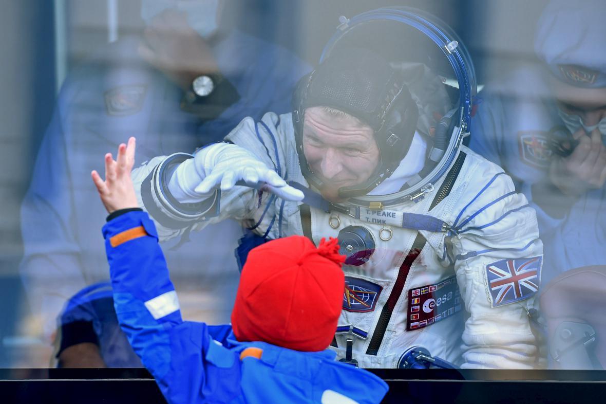 První britský astronaut Tim Peake se loučí se svými dětmi před odletem na ISS