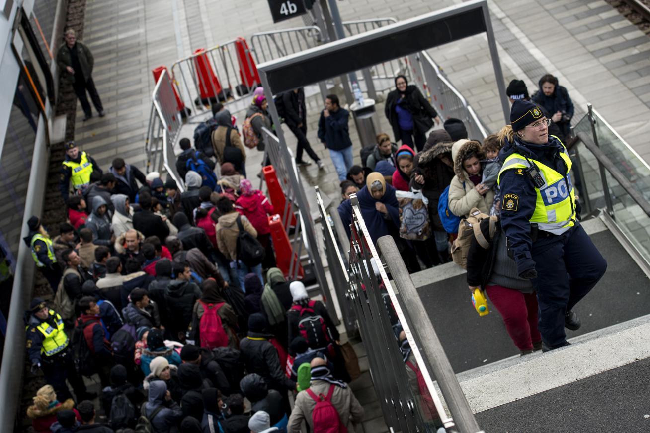 Švédská policie a migranti na hranici s Dánskem