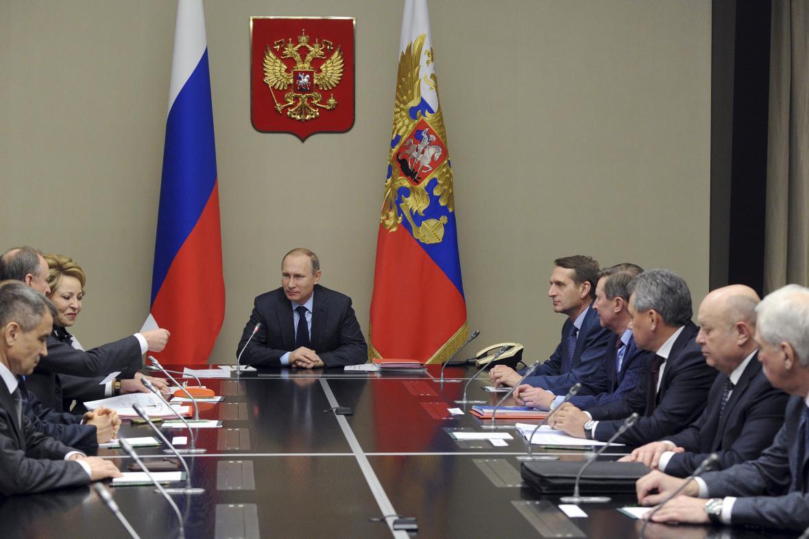 Ruský prezident Vladimir Putin na jednání bezpečnostní rady státu