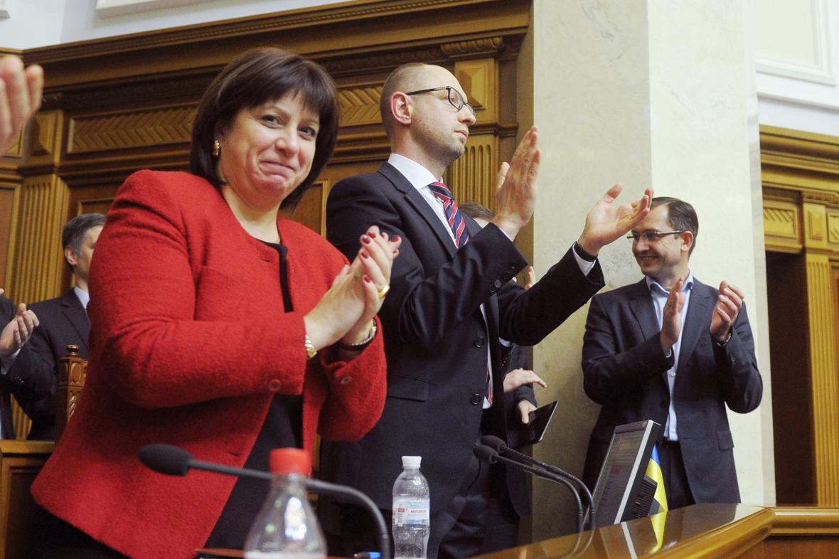 Ukrajinská ministryně financí Natalija Jaresková a premiér Jaceňuk po schválení rozpočtu na rok 2016
