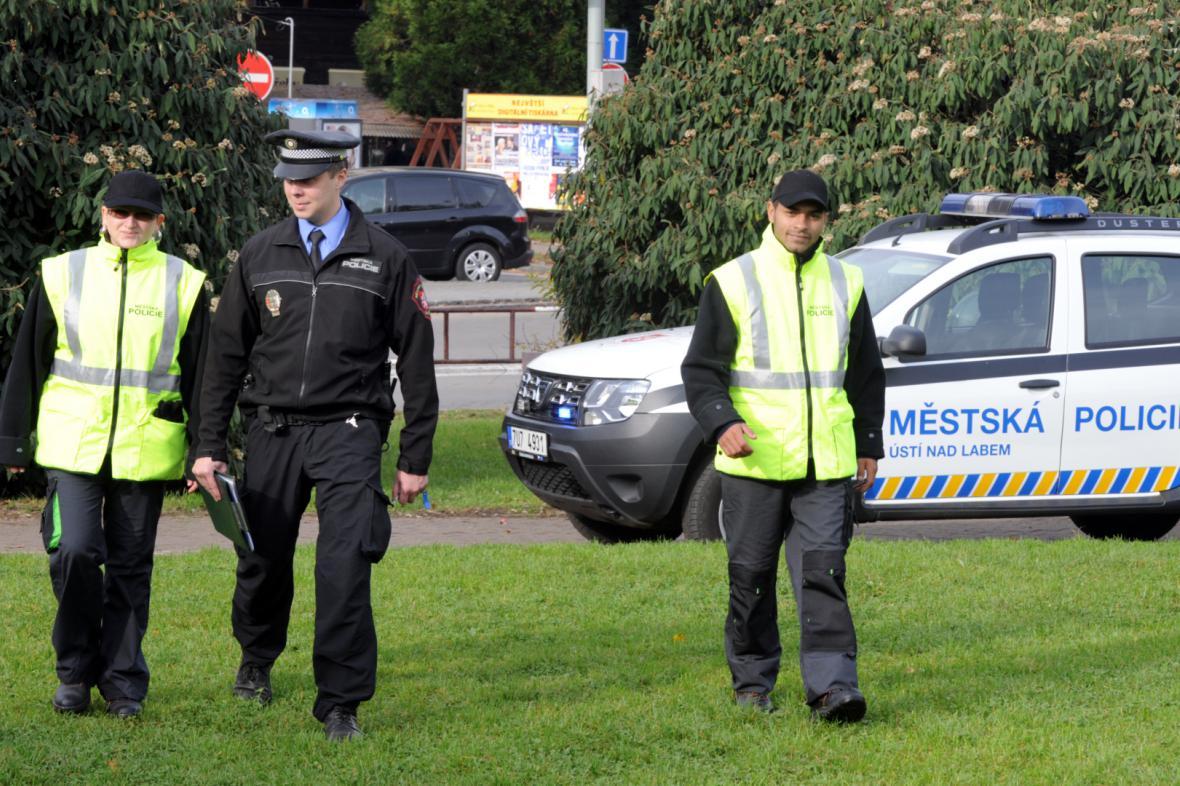 Ústecký strážník s pracovníky tzv. dohledové služby z řad nezaměstnaných