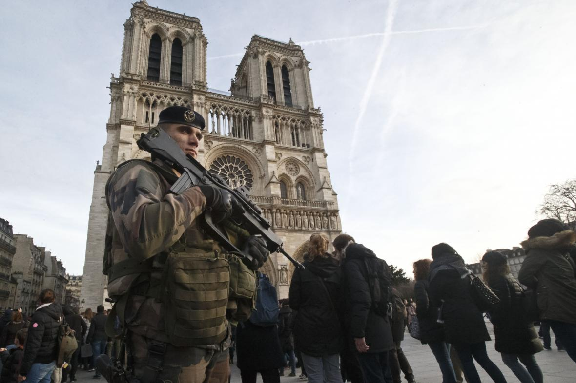 Vojáci v ulicích Paříže