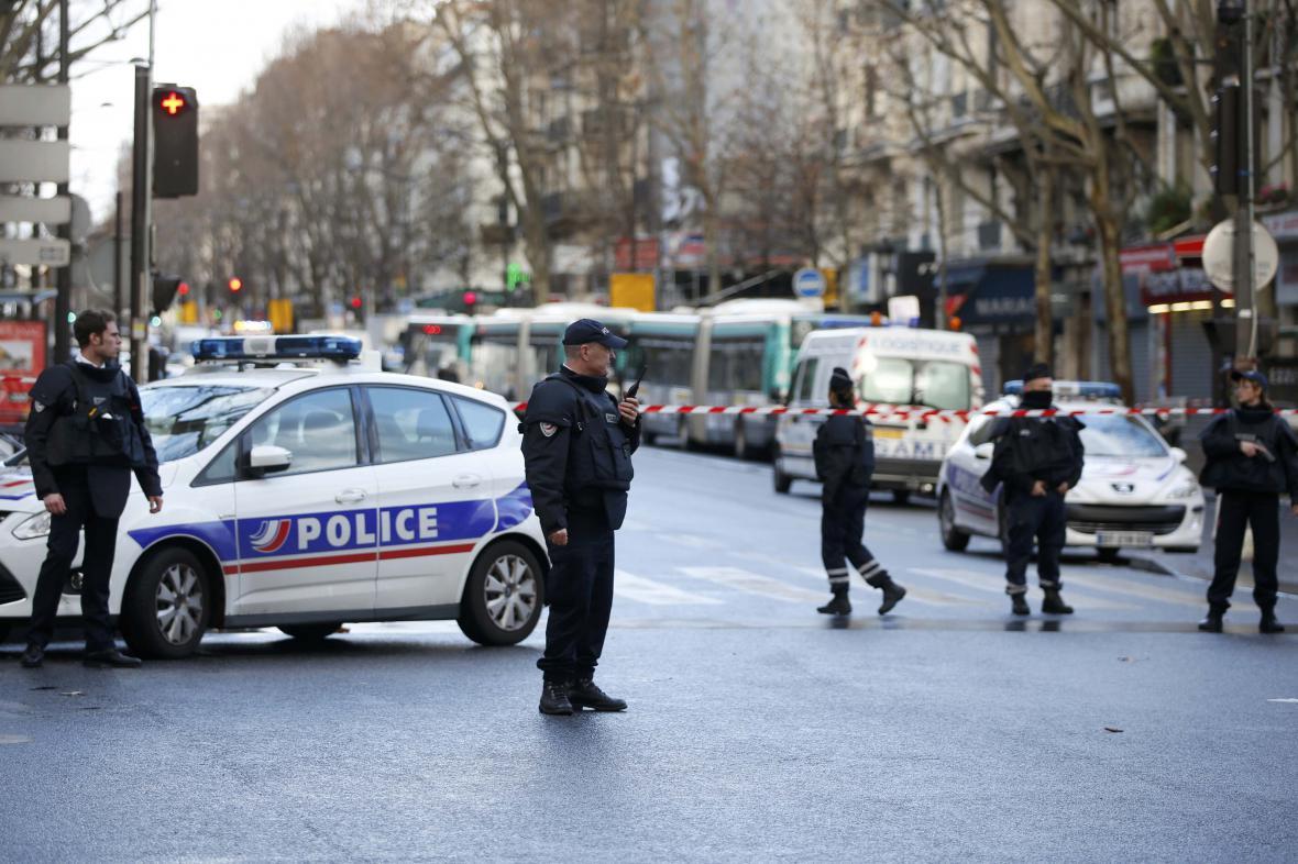 Francouzská policie hlídá oblast, kde krátce předtím zastřelila ozbrojeného muže