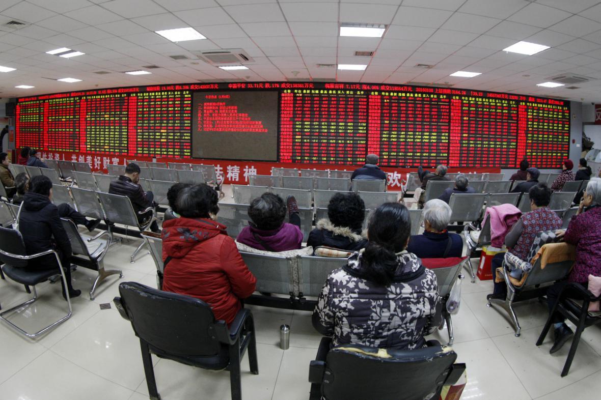 Čínští investoři sledují vývoj cen akcií. Červená barva ukazuje růst, zelená pokles.