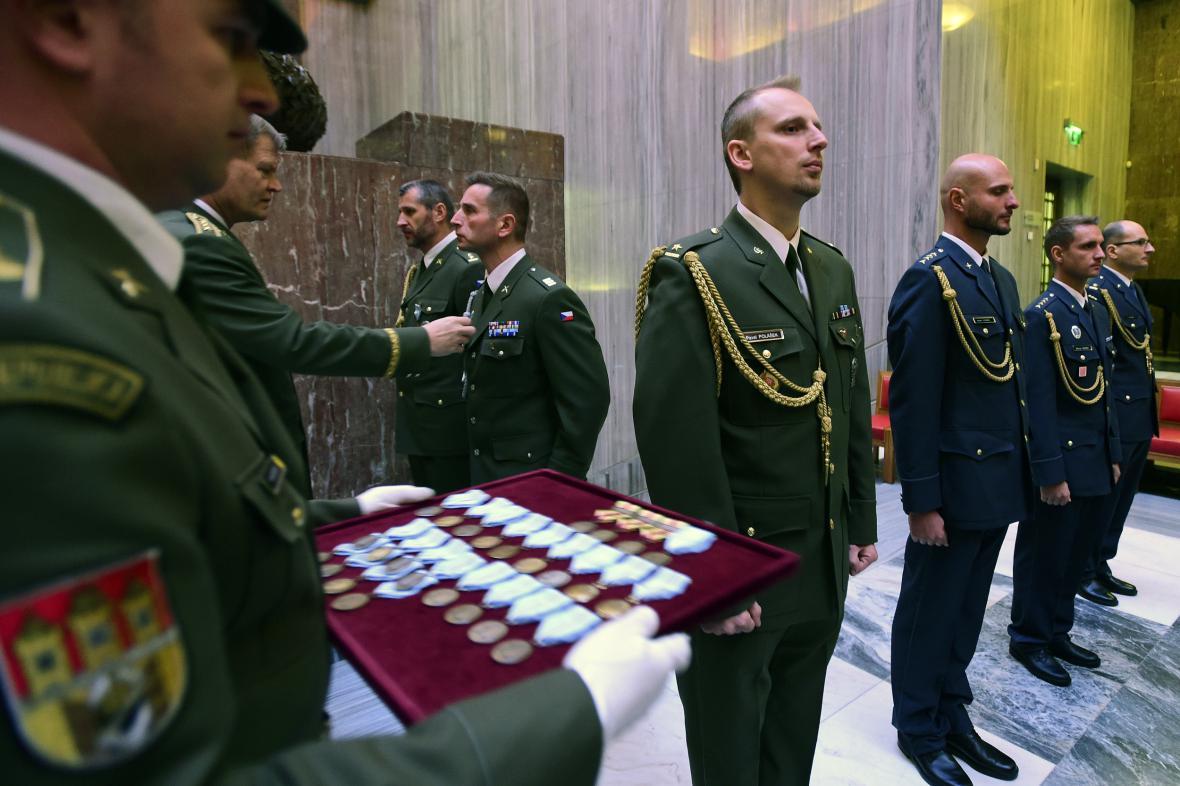 Vojáci dostali medaile za službu v zahraničí