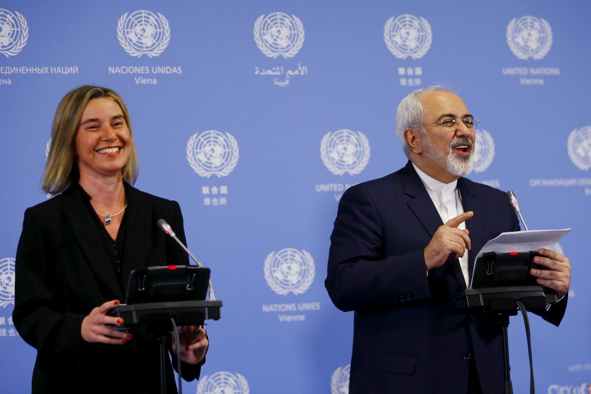 Federica Mogheriniová a Mohammad Džavád Zaríf na brífinku ve Vídni