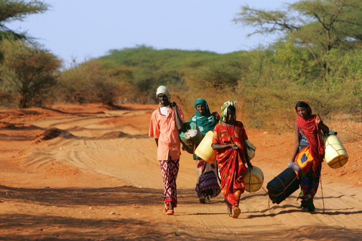 Obyvatelé Keni s plastovými kanystry hledají vodu