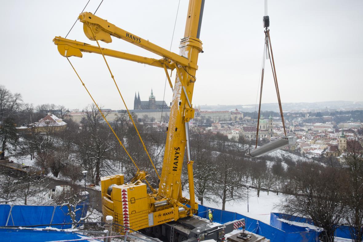 Jeden z největších mobilních jeřábů v Česku ve stanici lanovky Nebozízek