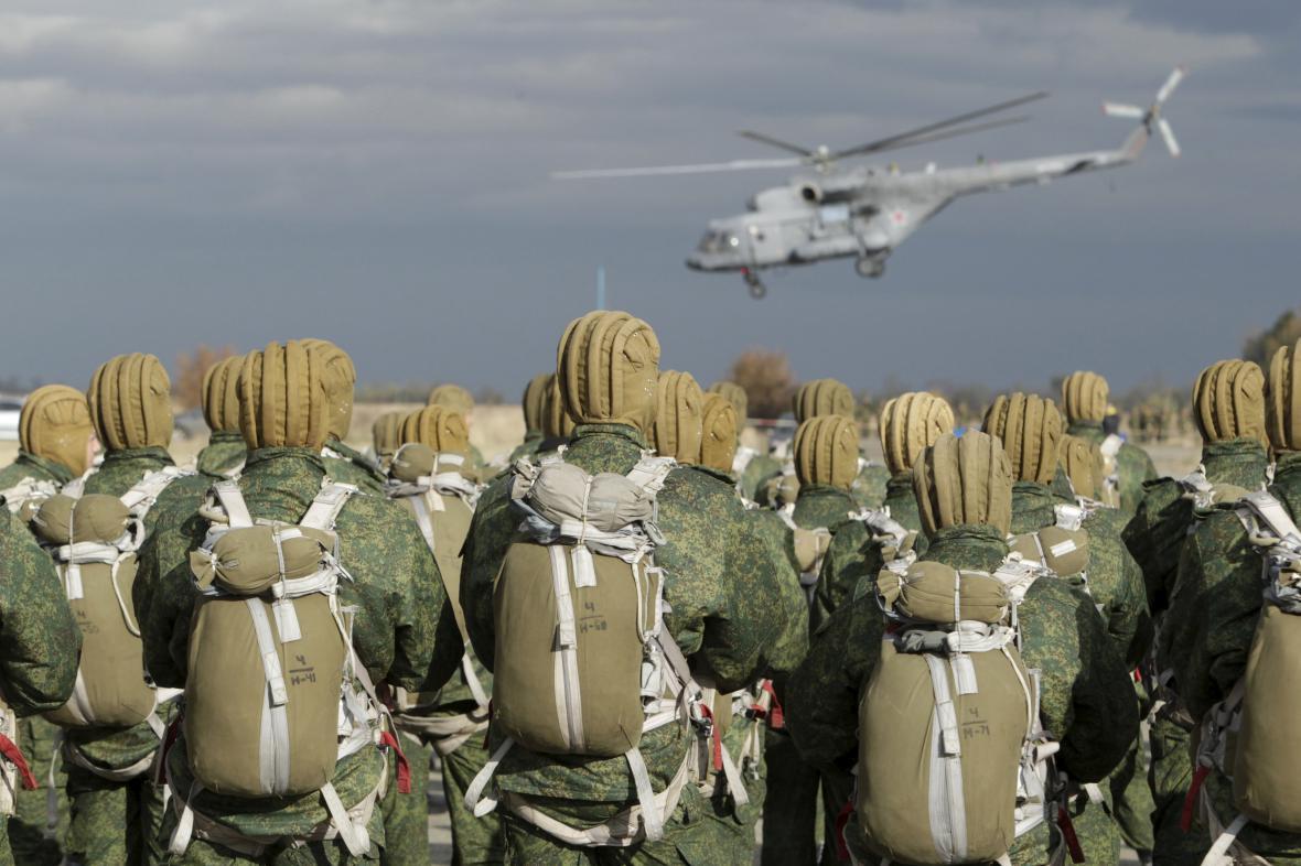 Ruští výsadkáři během manévrů u Stavropolu