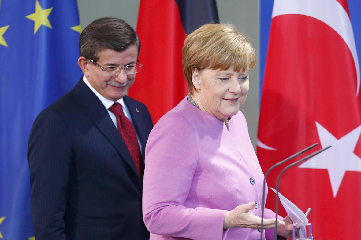 Ahmet Davutoglu a Angela Merkelová na brífinku v Berlíně