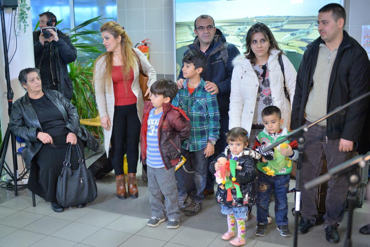 První skupina křesťanských uprchlíků z Iráku na pražském letišti