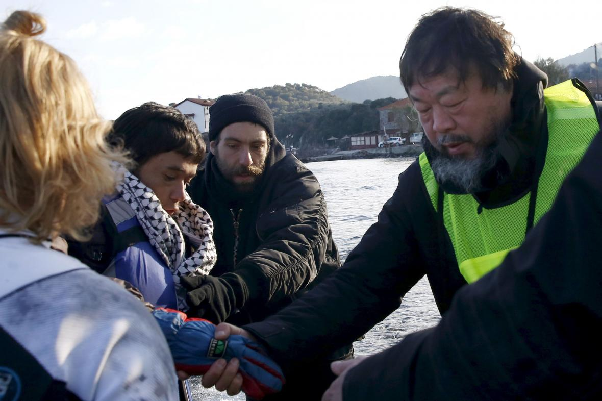 Aj Wej-wej s afghánskými uprchlíky na Lesbosu