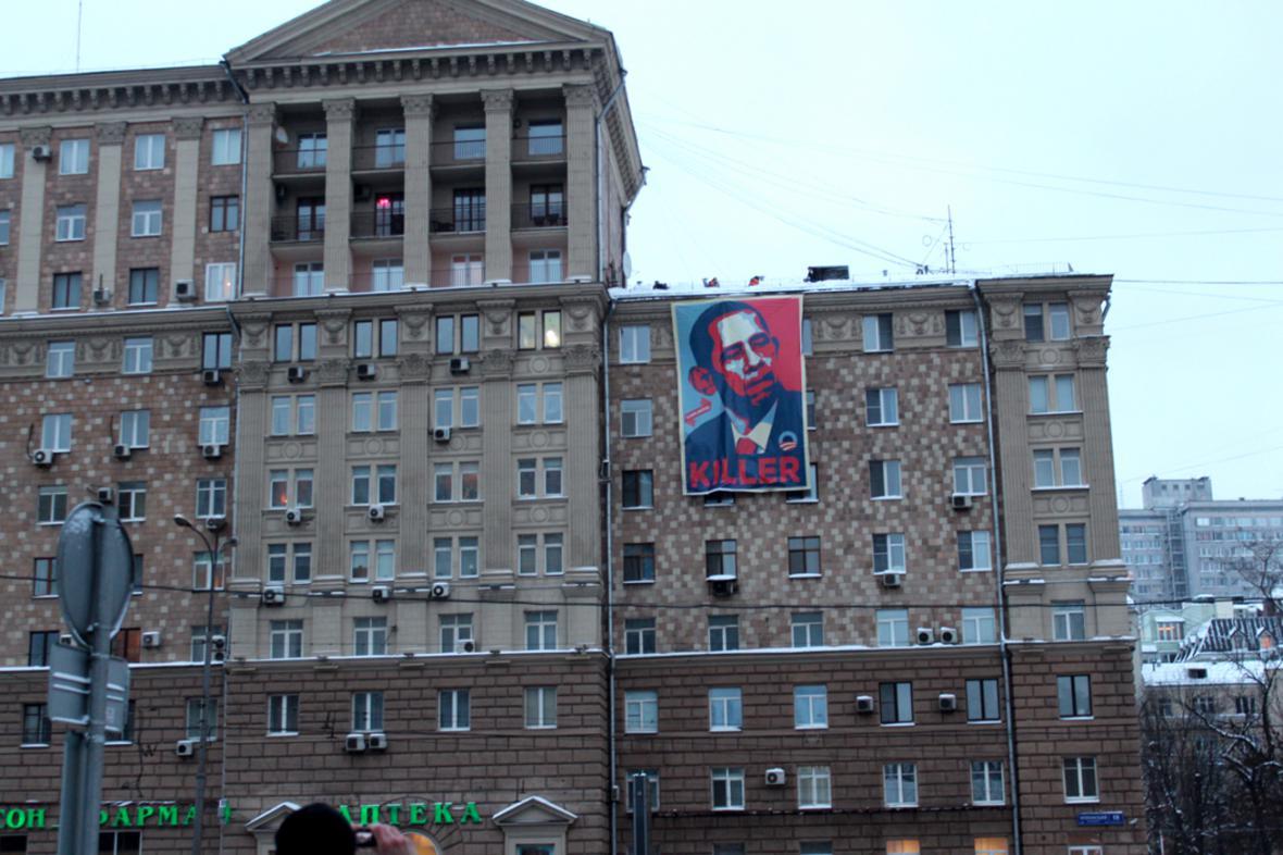 Skupina Glavplakat vyvěsila proti velvyslanectví USA plakát s Barackem Obamou a nápisem