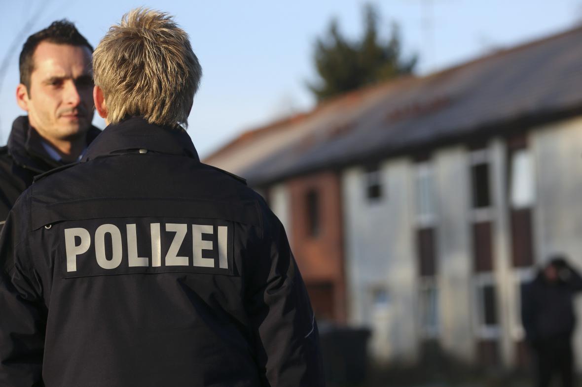 Němečtí policisté před ubytovnou pro migranty v Recklinghausenu