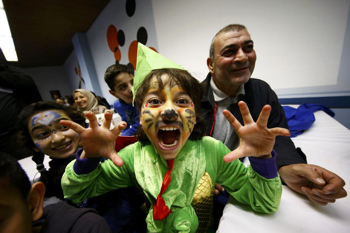 Karnevalové veseli zachvátilo i uprchlické centrum v Mohuči - kostým si navlékla i desetiletá syrská dívka Šames