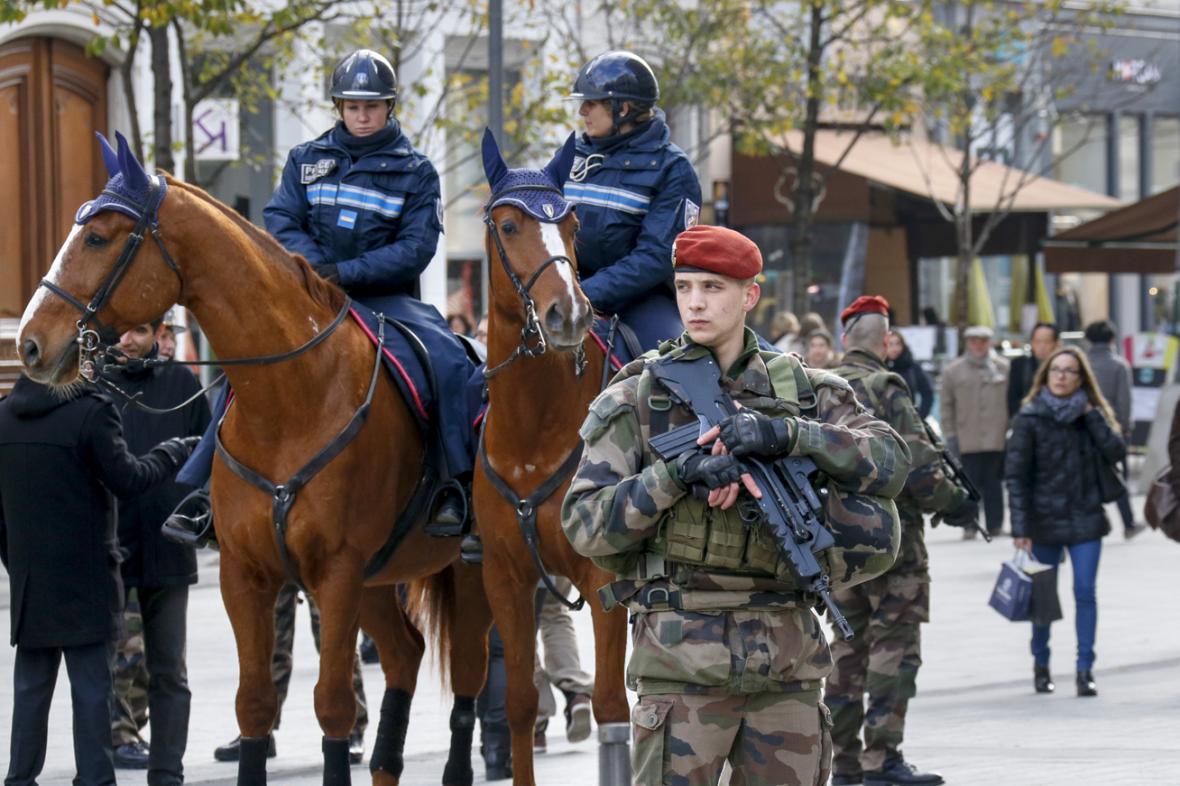 Vojenské a policejní hlídky v ulicích Lyonu