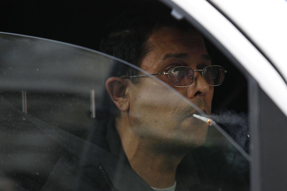 Některé země kouření autě v přítomnosti dětí zakazují