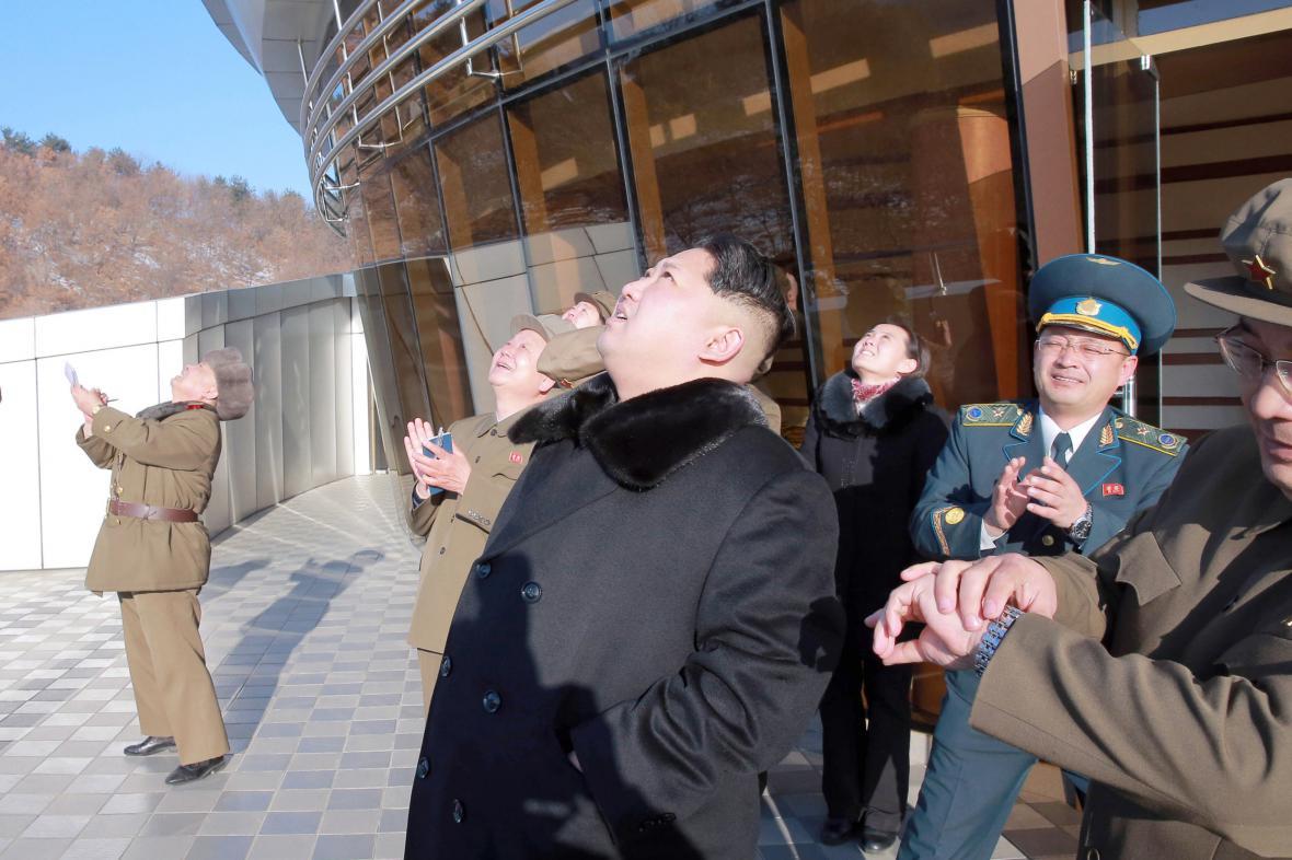 Severokorejský vůdce Kim Čong-un pozoruje start rakety dlouhého doletu