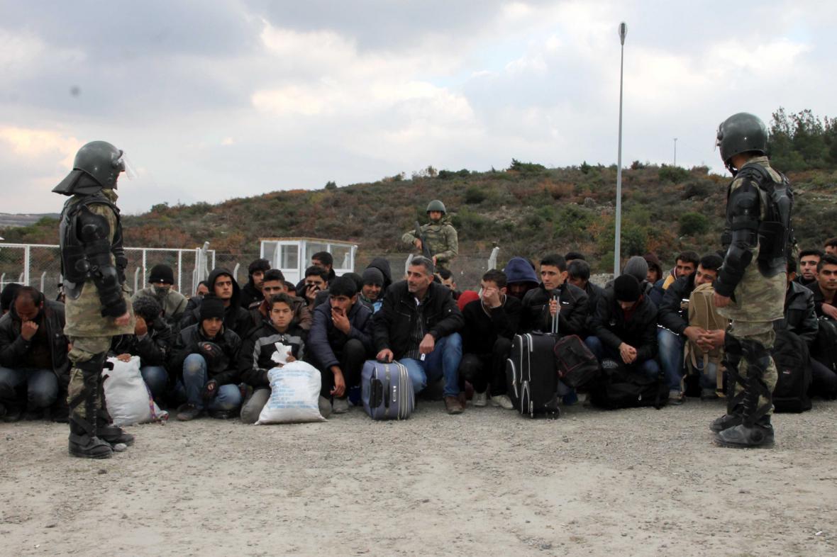Turečtí vojáci kontrolují migranty na hranicích