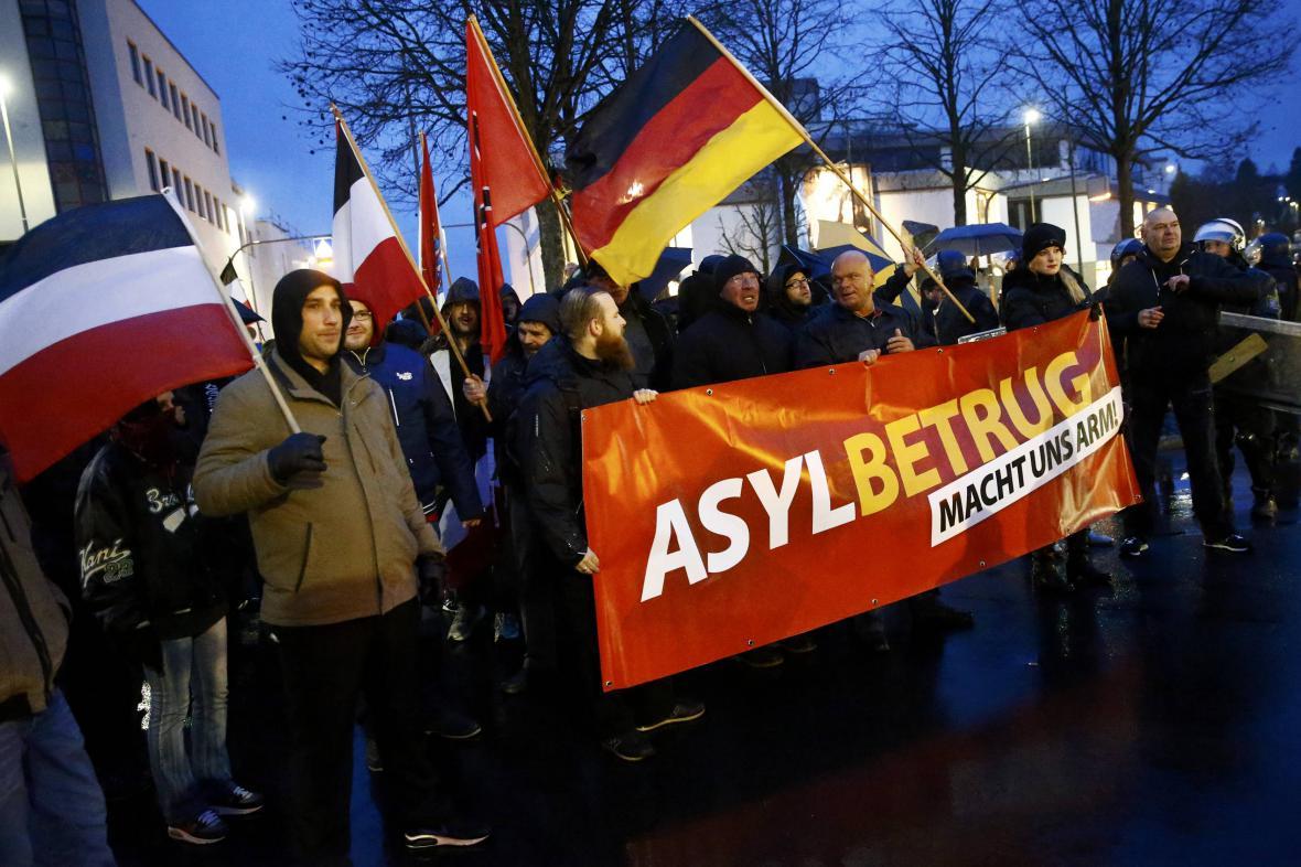 Demonstrace proti migrantům v německém Büdingenu