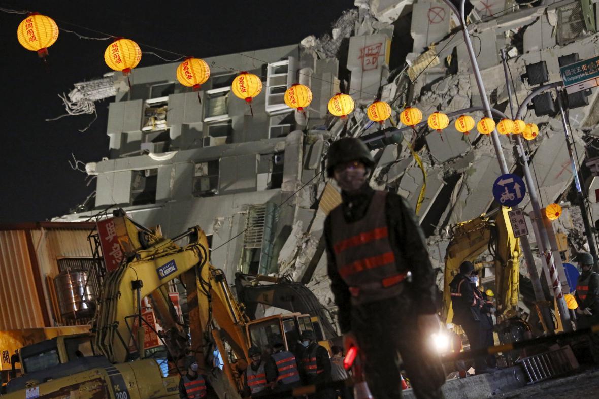 Záchranáři stále prohledávají trosky na jihu Tchaj-wanu