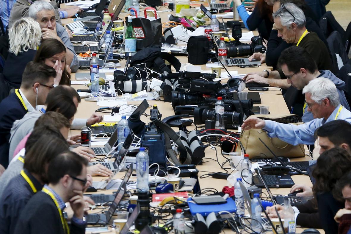 Novináři čekají na výsledky bruselského summitu EU