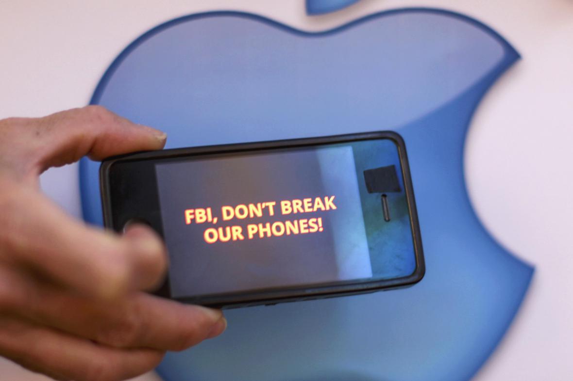 Spor mezi vládou a společností Apple