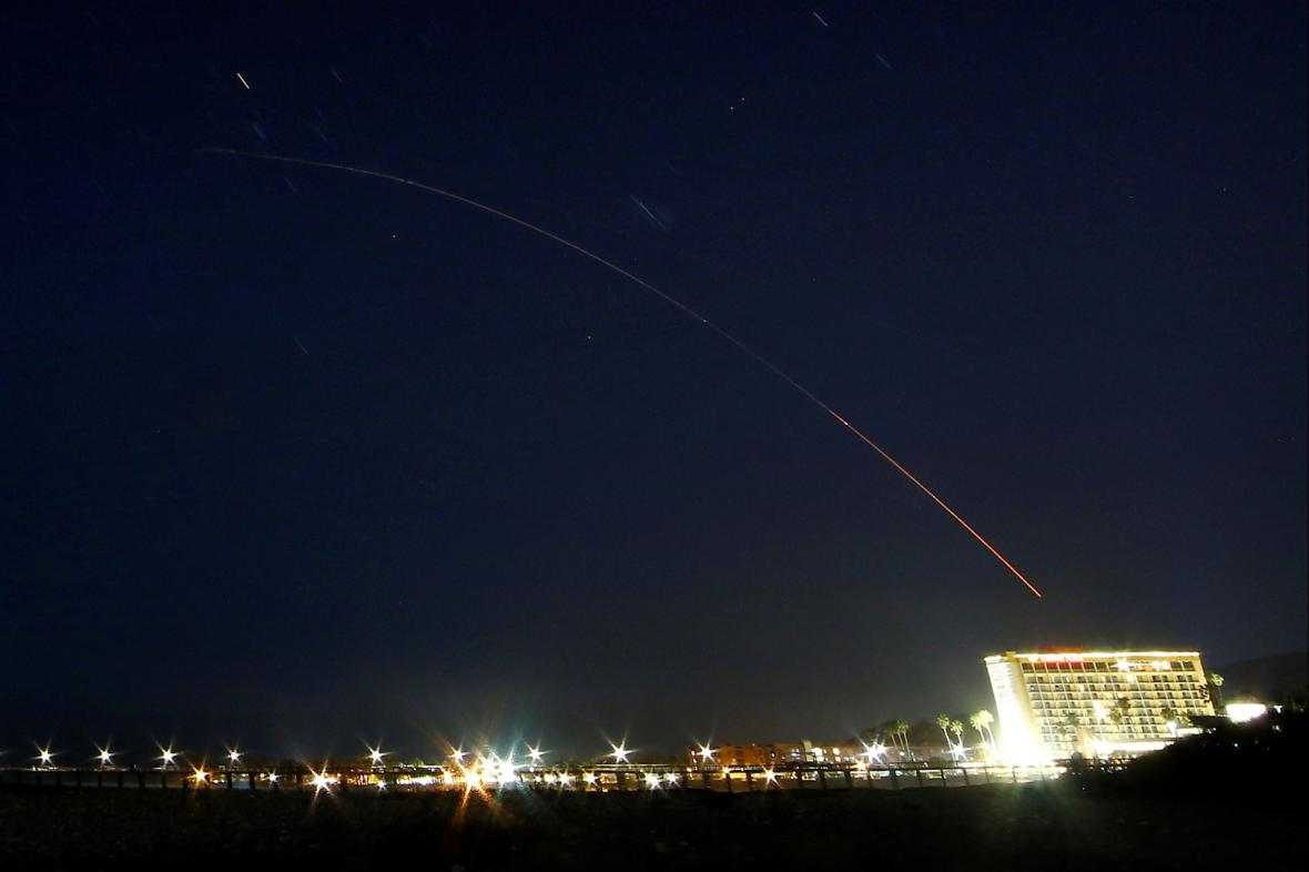 Mezikontinentální balistická raketa Minuteman III. na obloze