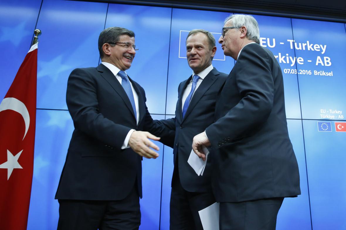 Turecký premiér Ahmet Davutoglu, Donald Tusk a Jean-Claude Juncker