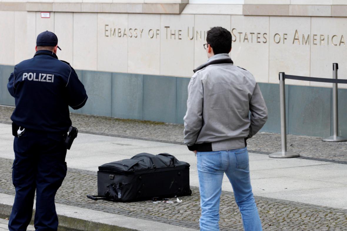 Podezřelý kufr před americkou ambasádou v Berlíně