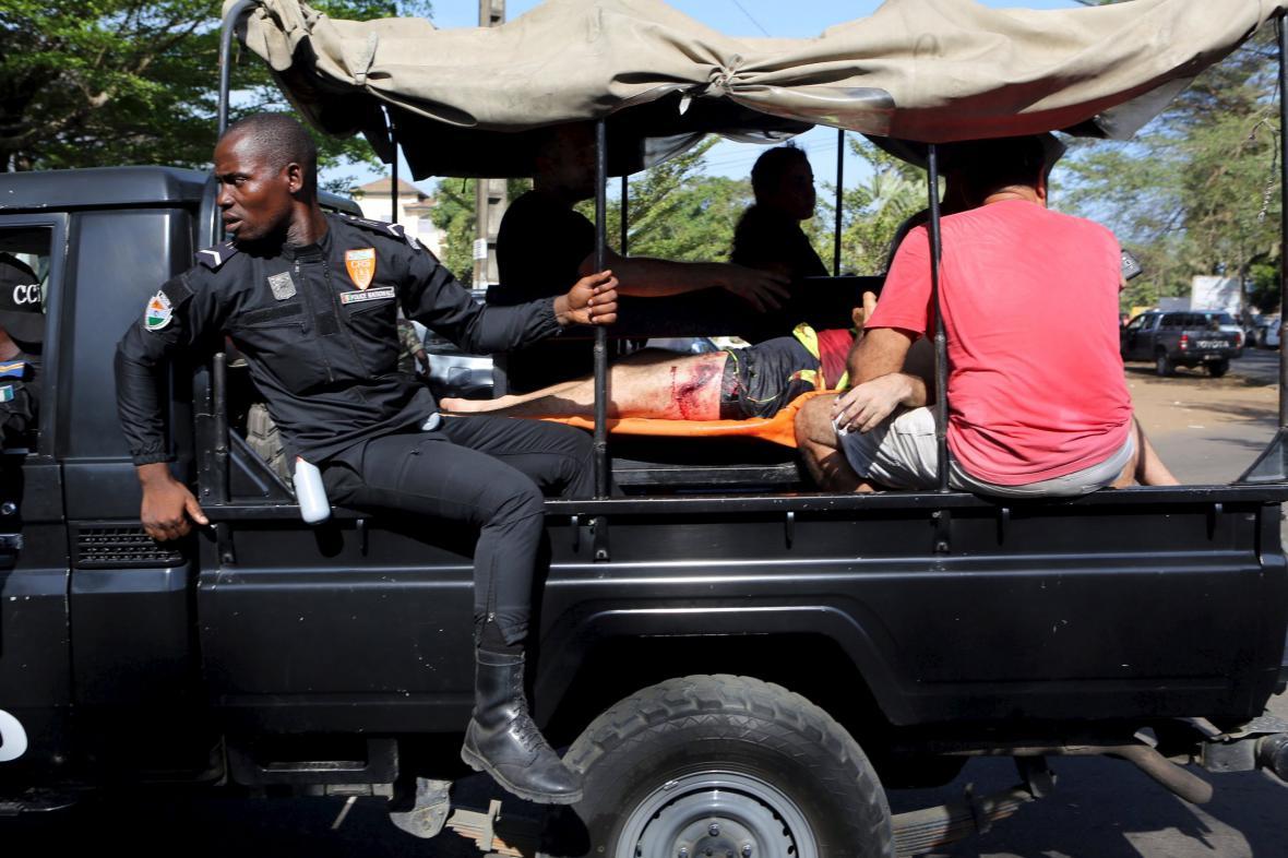 Bezpečnostní síly odvážejí raněné