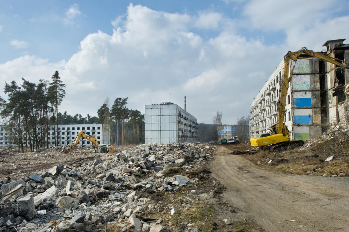 Demoliční práce v Milovicích