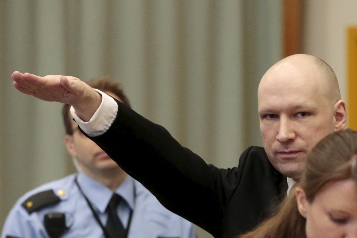 Anders Breivik při příchodu k soudu ve věznici Skien