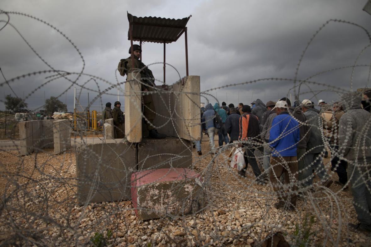 Střežená hranice mezi židovskou osadou a Západním břehem
