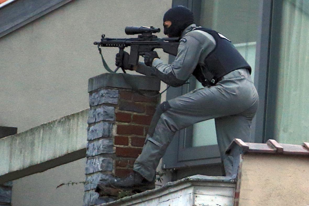 Maskovaný policista během zásahu v Bruselu