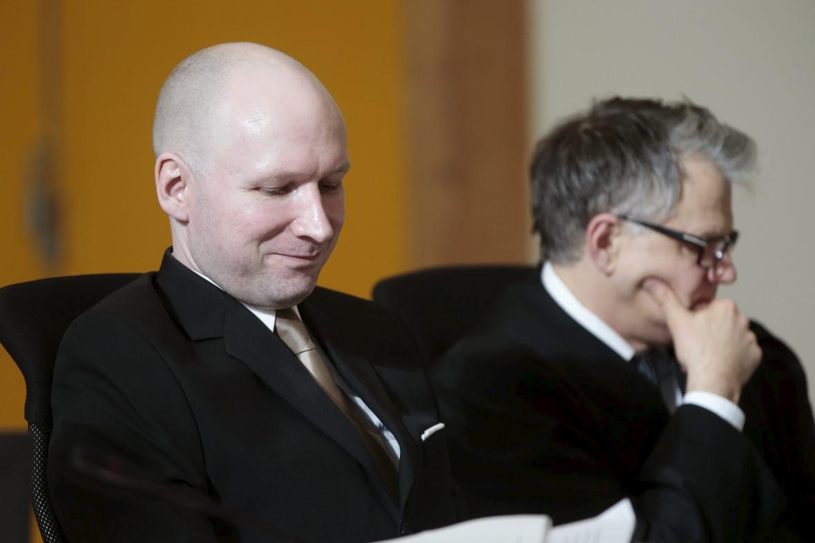 Breivik (vlevo) se svým advokátem