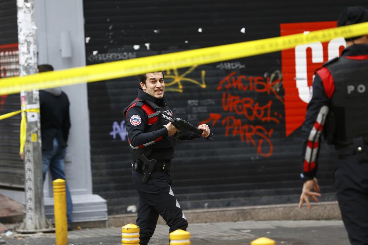 Policie kontroluje oblast po sebevražedném bombovém útoku v centru Istanbulu