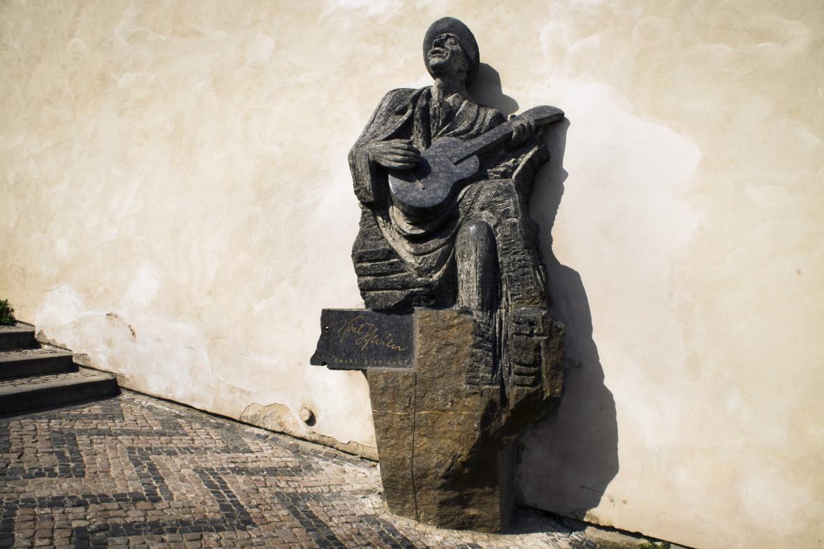 Pomník Karla Hašlera na Starých zámeckých schodech