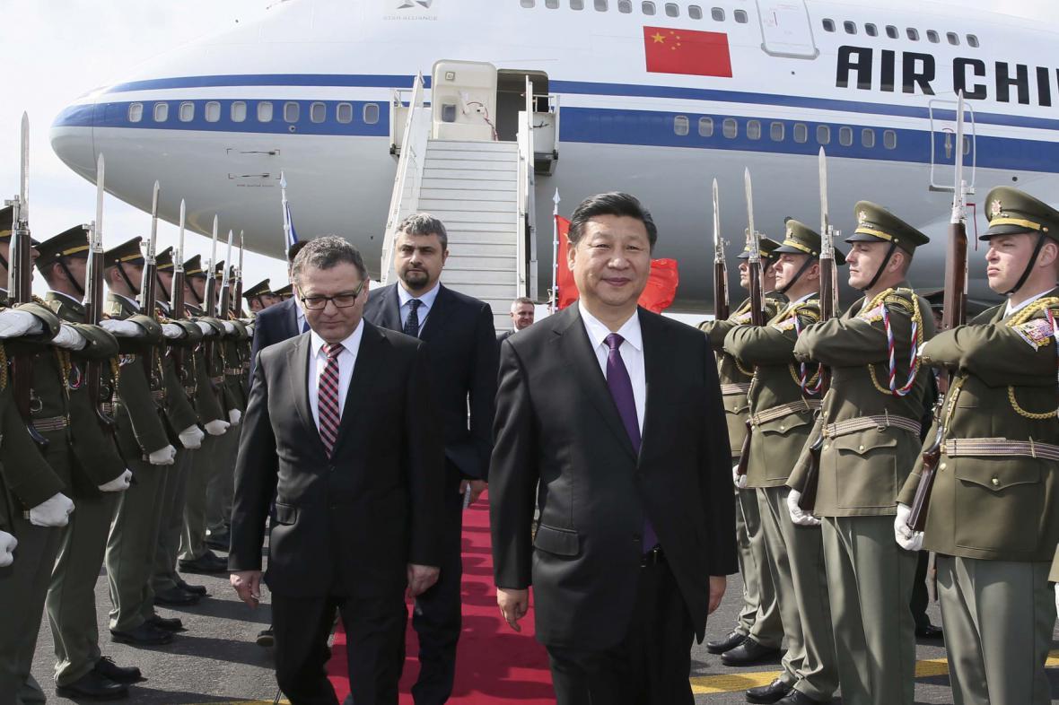 Čínský prezident Si Ťin-pching s ministrem zahraničí Lubomírem Zaorálkem