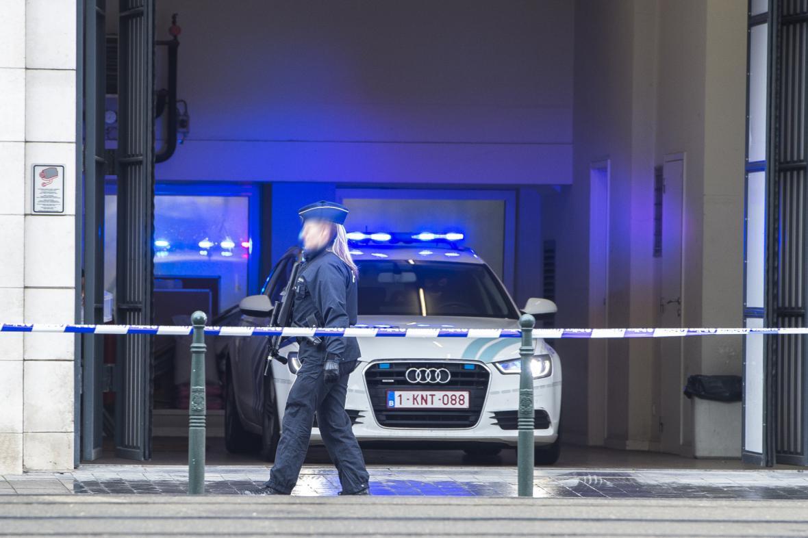 Policie před budovou soudu v Bruselu