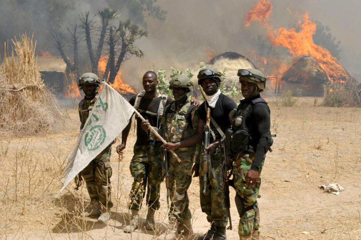 Nigerijští vojáci po operaci ve vesnici teroristů z Boko Haram v Bornu