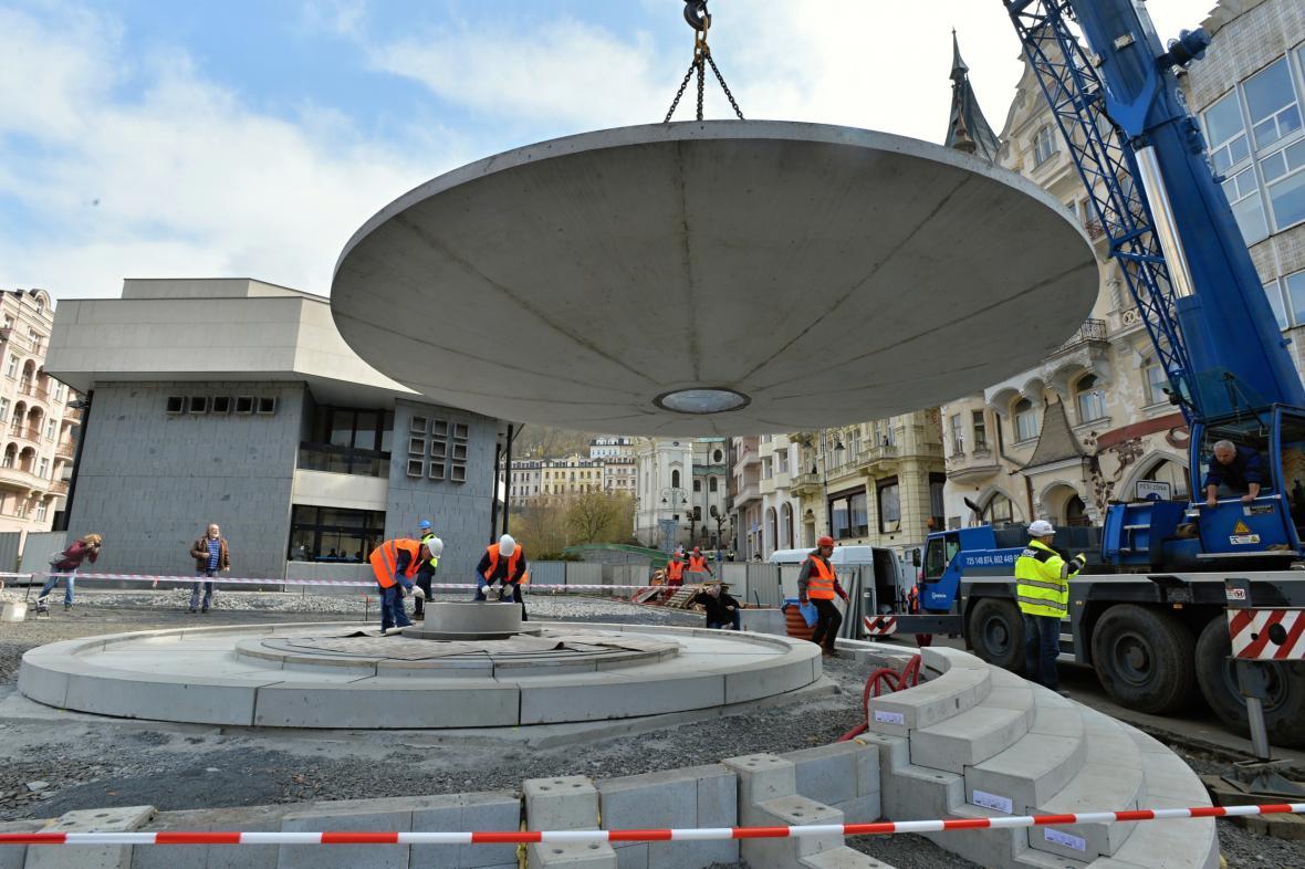 Osazování betonové mísy pro nový vývěr Vřídla