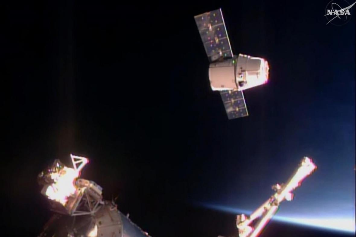 Nákladní loď Dragon u ISS