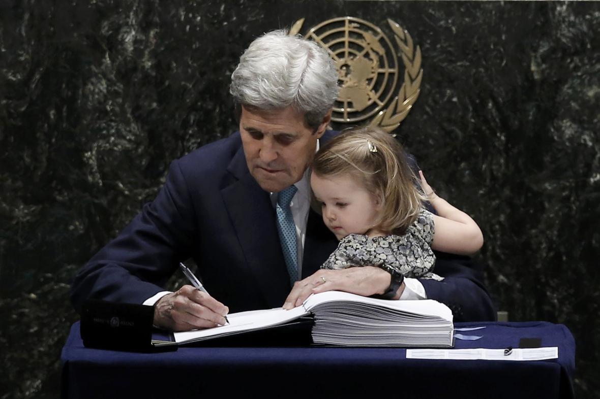 John Kerry podepisuje klimatickou dohodu