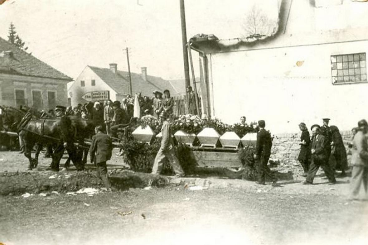 Pohřeb zavražděných obyvatel Leskovic