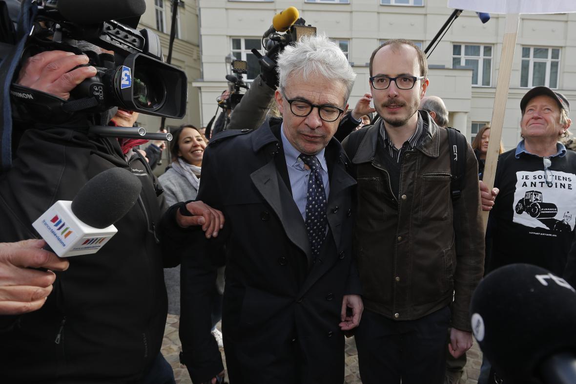 Aféra LuxLeaks: K soudu přichází hlavní obviněný Antoine Deltour (vpravo) spolu se svým advokátem Williamem Bourdonem.