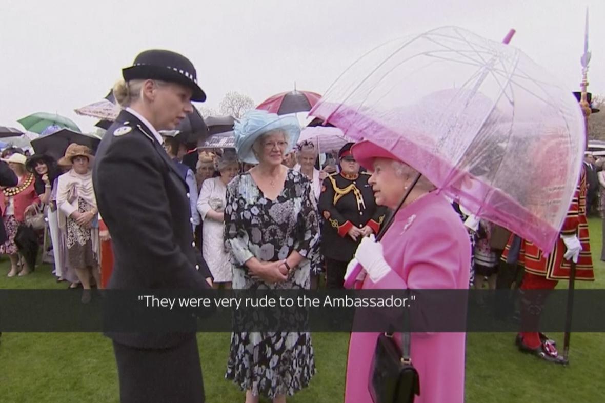 Královna Alžběta II. během rozhovoru s policejní velitelkou