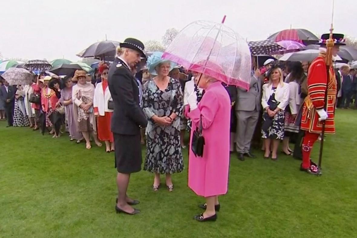 Královna Alžběta II mluvila s policejní velitelkou o chování čínské delegace