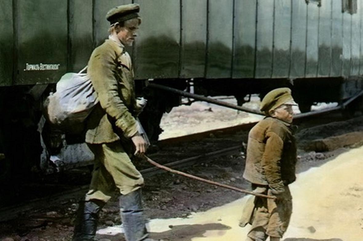 Hhrbáč vede slepého (cca 1920, autor: neznámý legionář)