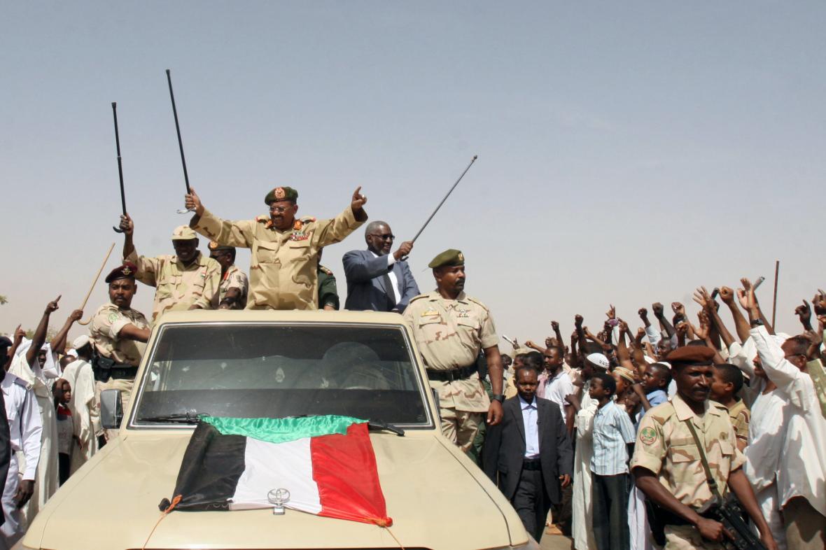 Súdánský prezident Umar Bašír (uprostřed)